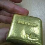 Верхняя часть разрезанного слитка золота с вольфрамом